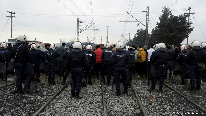 Migrants attempt to break through Greece-Macedonia