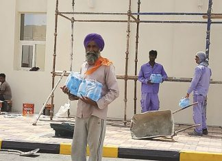 Qatari youth provide cold water and juices to workers