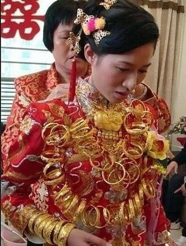 bride wears 5kg jewellry